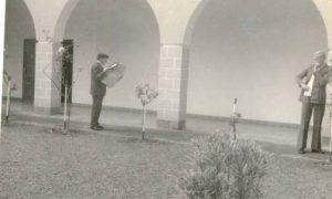 1974 - Mestre de noviços - Lendo Jornal231