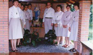 Padre com as irmãs 96
